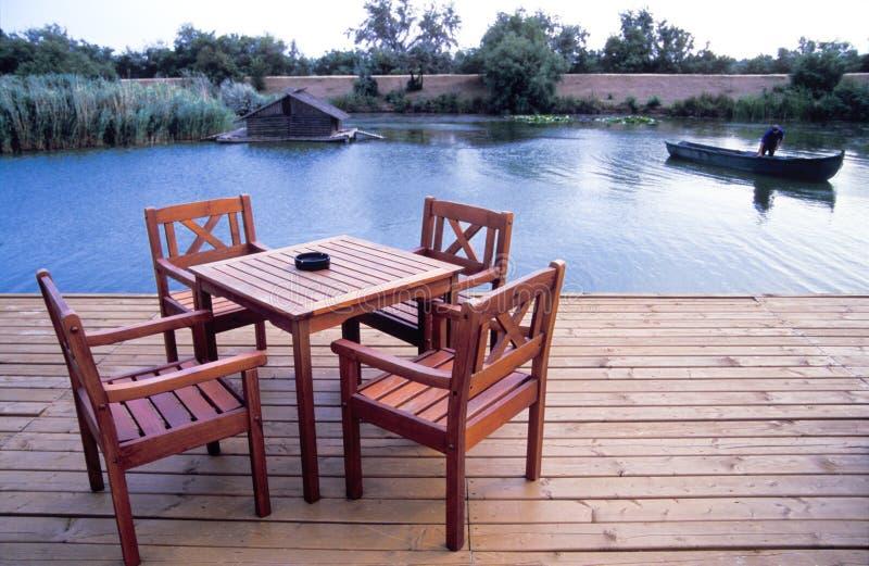 Tabelle und Stuhl in dem See stockfotos