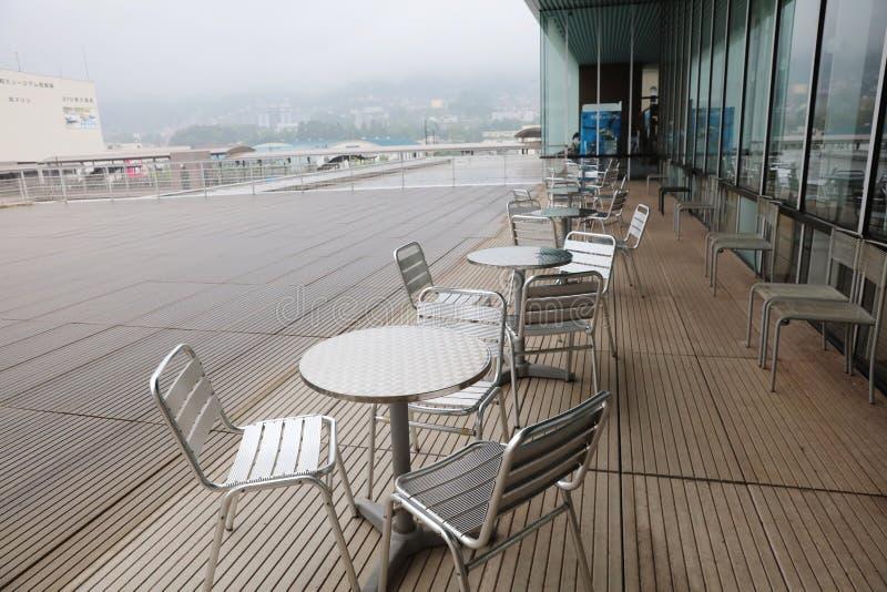 Tabelle und Stuhl des Kaffee-Cafés ist im Freien stockbilder