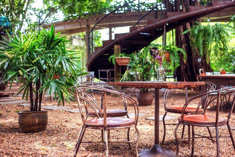 Tabelle und Stuhl sind in der Kaffeestube im Freien stockbild
