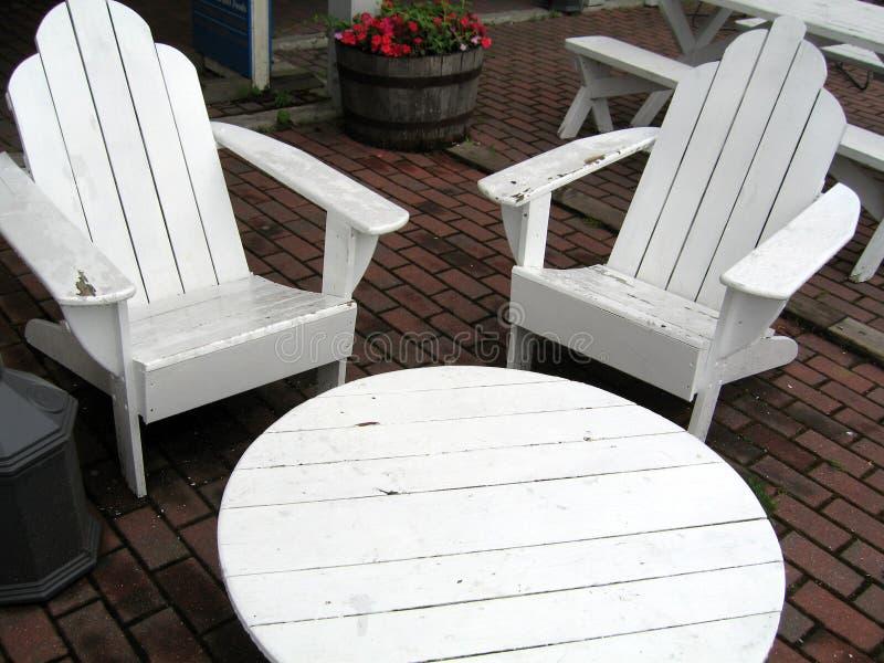 Tabelle und zwei Stühle stockfotografie