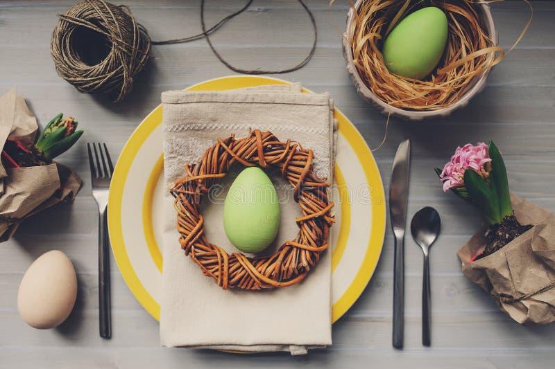 Tabelle verziert für Ostern mit Eiern, Hyazinthenblumen und handgemachtem Kranz stockbilder