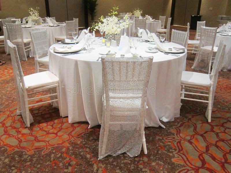 Tabelle vorbereitet für die Hochzeit lizenzfreie stockfotos