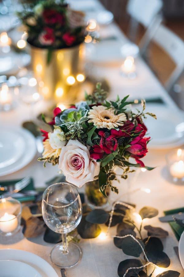Tabelle zuhause eingestellt für eine Mahlzeit in einen Raum auf einer Partei, einer Hochzeit oder Familienfeier stockfotografie