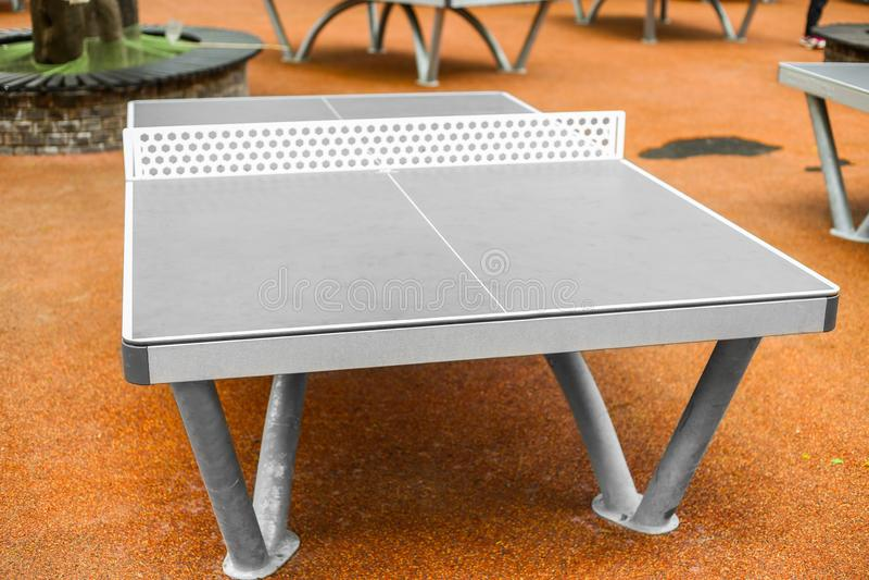 Tabellen - bordtennis - knacka pong i utomhus- arkivfoton
