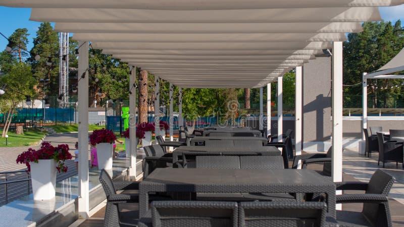 Tabellen, die in Folge an der Erholung und am Sport stehen Luxus-Resort stockbilder