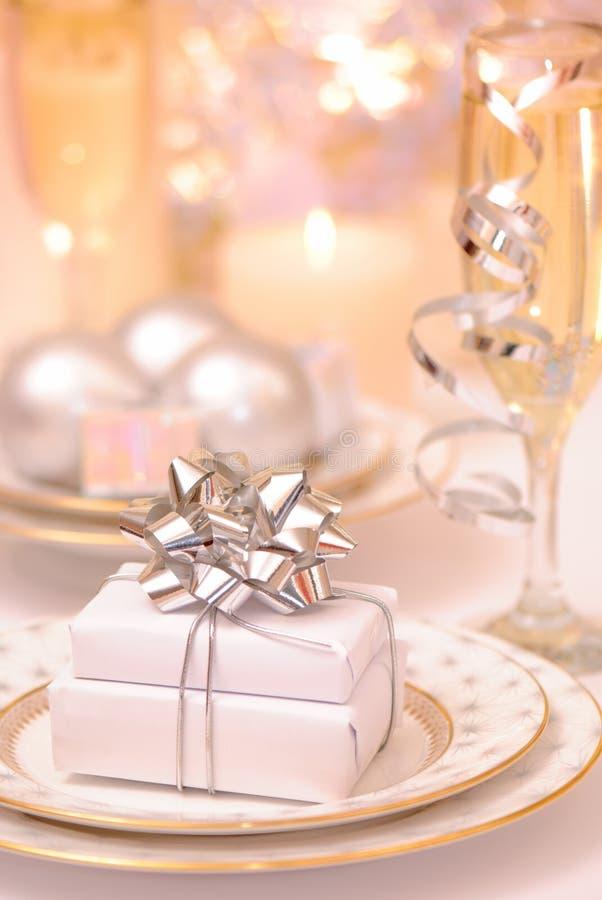 Tabellen-Einstellung mit Geschenken stockfotografie