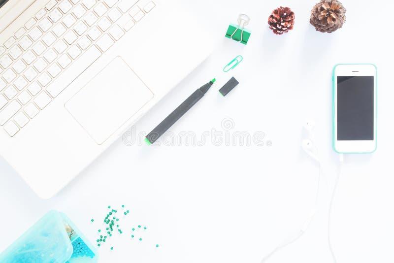Tabellen för kontorsskrivbordet med bärbara datorn, mobiltelefonen, tillförsel, sörjer kotten, bästa sikt med kopieringsutrymme arkivbilder