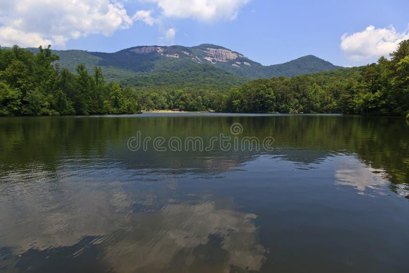 Tabellen-Felsen-Nationalpark und Pinnacle See lizenzfreie stockbilder
