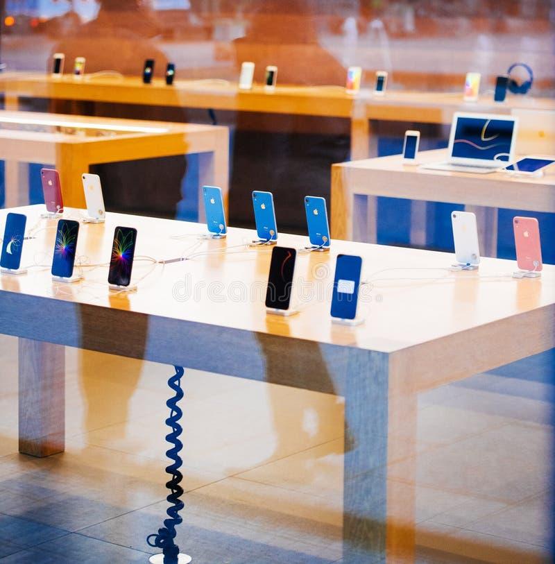 Tabellen med all iPhoneXr smartphone vid Apple-datorer lanserar royaltyfri foto