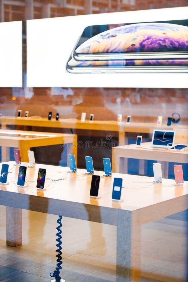 Tabellen med all iPhoneXr smartphone vid Apple-datorer lanserar royaltyfria bilder