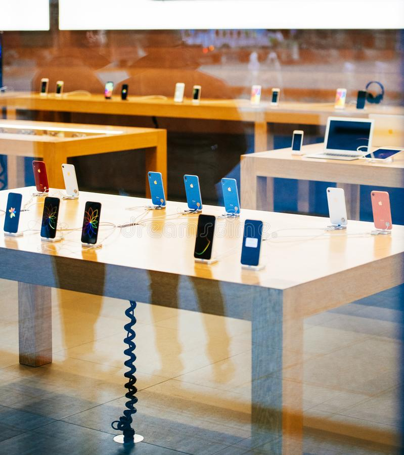 Tabellen med all iPhoneXr smartphone vid Apple-datorer lanserar arkivfoton