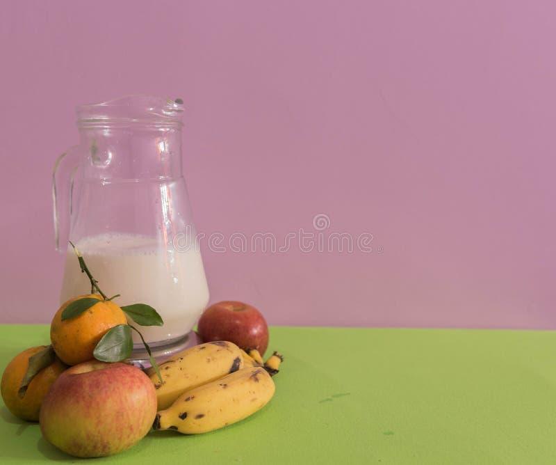 Tabellen med grönsaker och en tillbringare av mjölkar 02 arkivbild