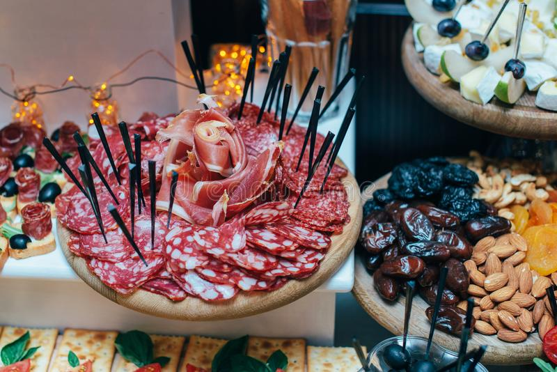 Tabellen med mat, tapasstång med spansk kokkonst, kurerade kött, ost och uppläggningsfatet med andra aptitretare från Spanien, bä royaltyfri foto
