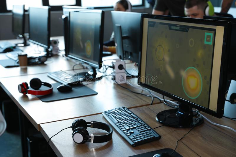 Tabellen met computers in café Videowedstrijd stock fotografie