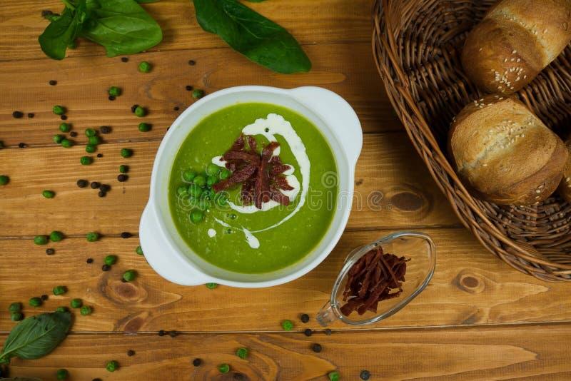 Tabellen-Nahrungsmittelfleisch des geschmackvollen grünen Suppenbrotbasilikums hölzernes lizenzfreie stockfotos