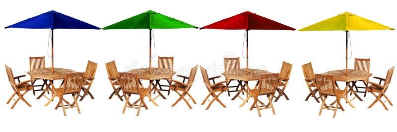 Tabellen och stolar ställde in isolaten på vit bakgrund arkivfoto