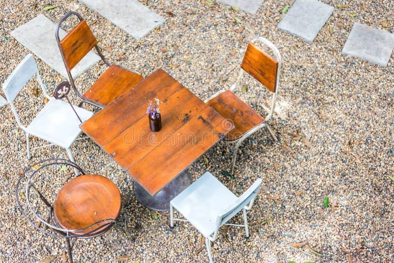 Tabellen och stolen är utomhus- i coffee shop Top beskådar royaltyfri foto