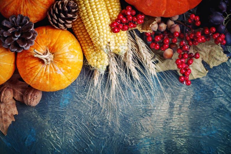 Tabellen som dekoreras med grönsaker och frukter Tacksägelsefest lycklig tacksägelse arkivbild