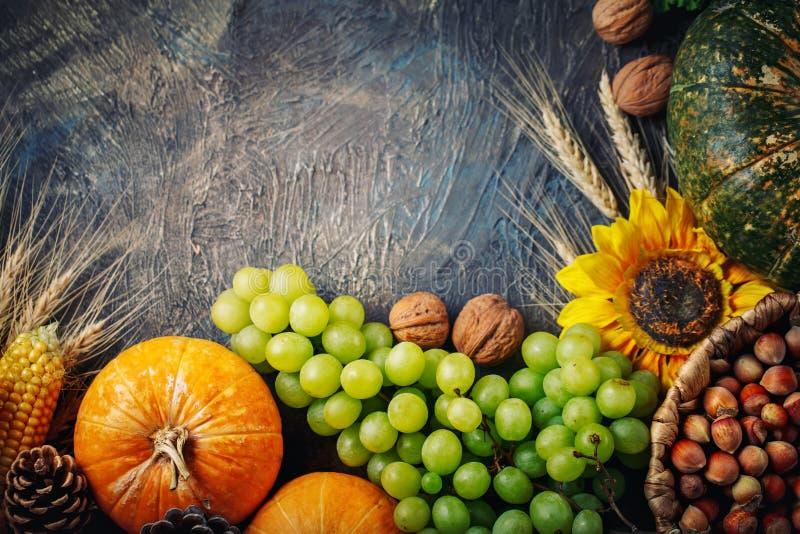 Tabellen som dekoreras med grönsaker och frukter Tacksägelsefest lycklig tacksägelse royaltyfria foton