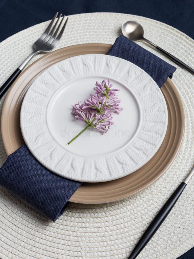 Tabellen ställde in med den lila filialen för ferieafton på vit bakgrund royaltyfria bilder