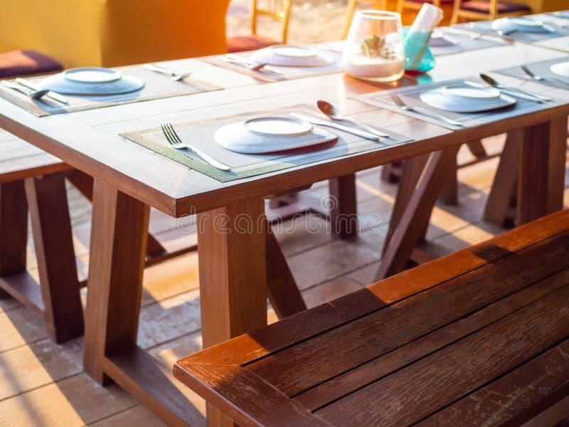 Tabellen ställde in på utomhus- restaurang på stranden fotografering för bildbyråer