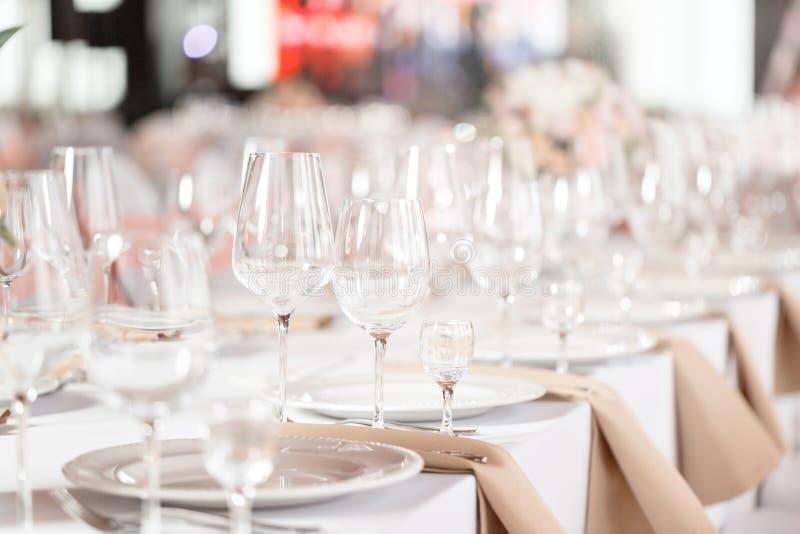 Tabellen stellten für eine Ereignispartei oder -Hochzeitsempfang ein Elegantes Gedeckluxusabendessen in einem Restaurant Gläser u stockfoto
