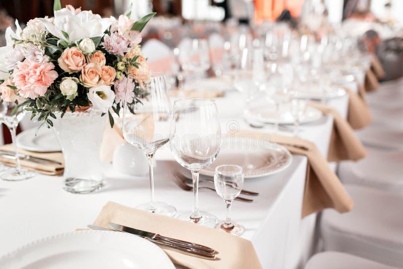 Tabellen stellten für eine Ereignispartei oder -Hochzeitsempfang ein Elegantes Gedeckluxusabendessen in einem Restaurant Gläser u lizenzfreie stockfotografie