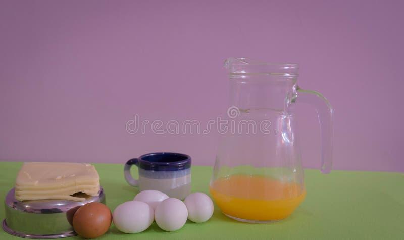 Tabellen tjänade som för mellanmål med, ost och ägg 07 arkivbilder