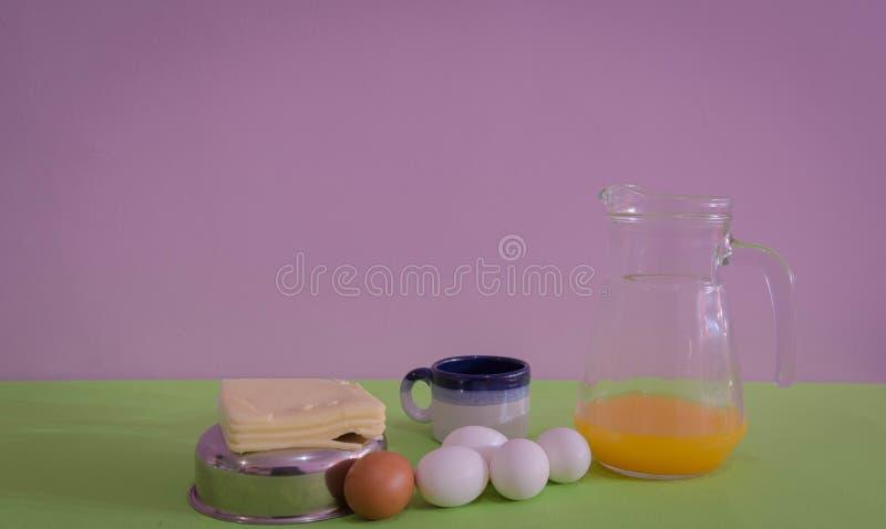 Tabellen tjänade som för mellanmål med, ost och ägg 08 royaltyfri bild