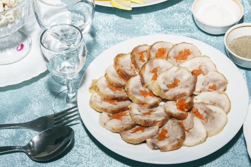 Tabellen tjänade som med rulle av hönskött med grönsakpåfyllning Tomma rena vinexponeringsglas och läckert kallt mellanmål på den royaltyfri foto