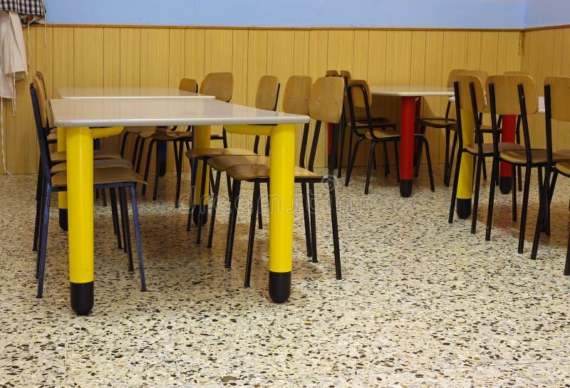 Tabellen und farbige Stühle in einem Kindergarten lizenzfreies stockbild
