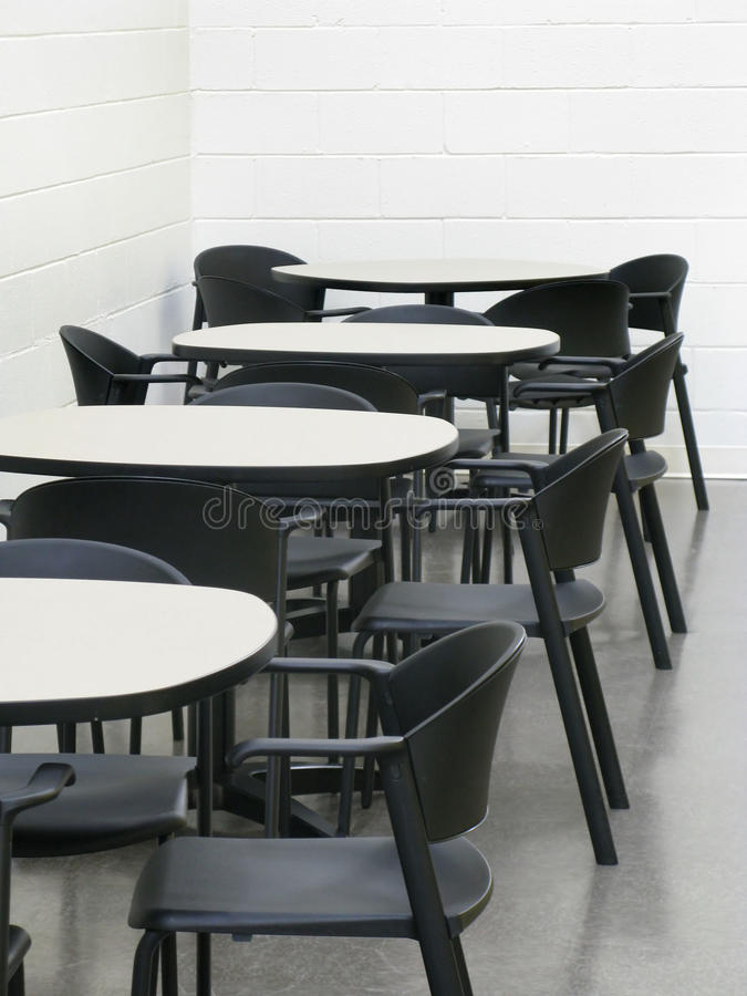 Tabellen und Stühle in der Cafeteria lizenzfreie stockfotos