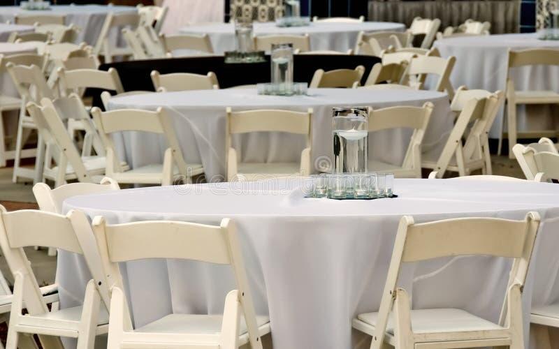 Tabellen und Stühle für Abendereignis lizenzfreies stockbild