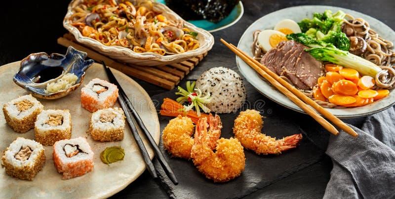 Tabellen verbreitet mit traditioneller japanischer Küche lizenzfreie stockbilder