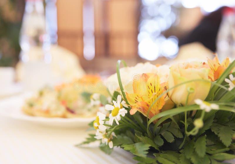 Tabellenanordnung mit Blumen lizenzfreie stockfotos