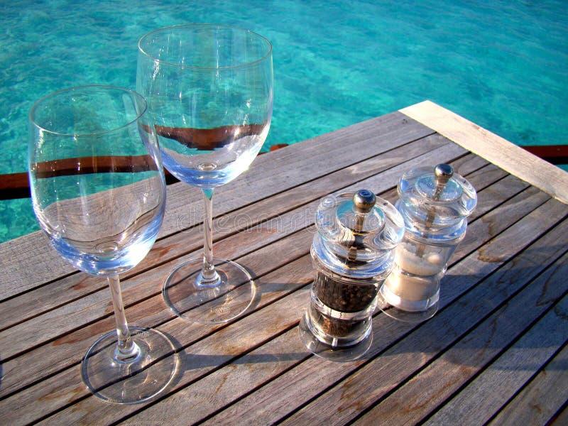 Tabellenanordnung mit tropischem Wasserhintergrund stockfotografie