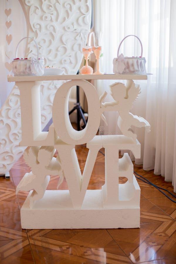 Tabellenaufschriftliebe an der Hochzeitszeremonie stockfoto