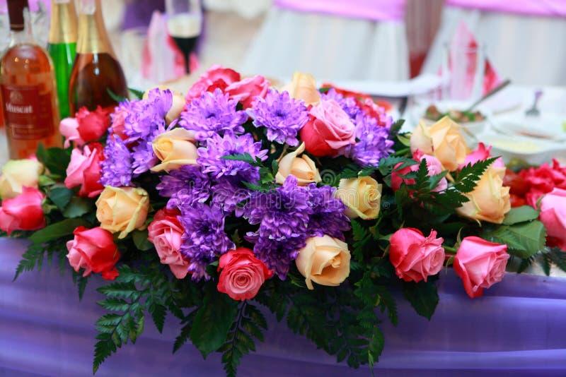 Tabellenblumenstrauß stockbild