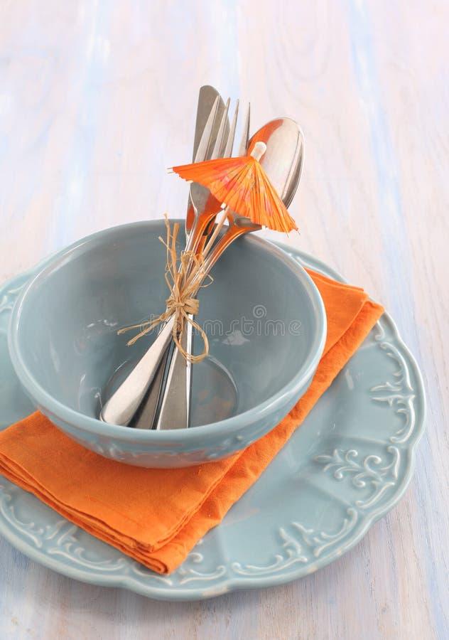 Tabelleneinstellung in der blauen und orange Farbe stockbild