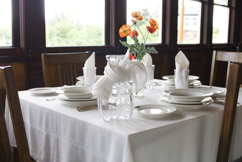 Tabelleneinstellung in der Gaststätte lizenzfreies stockfoto