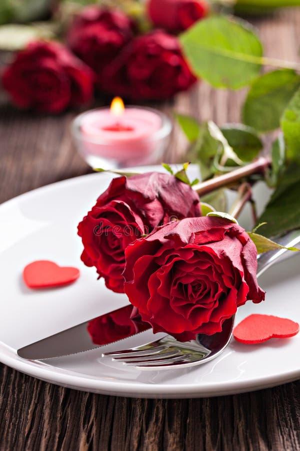 Tabelleneinstellung für Valentinsgrußtag lizenzfreie stockfotografie
