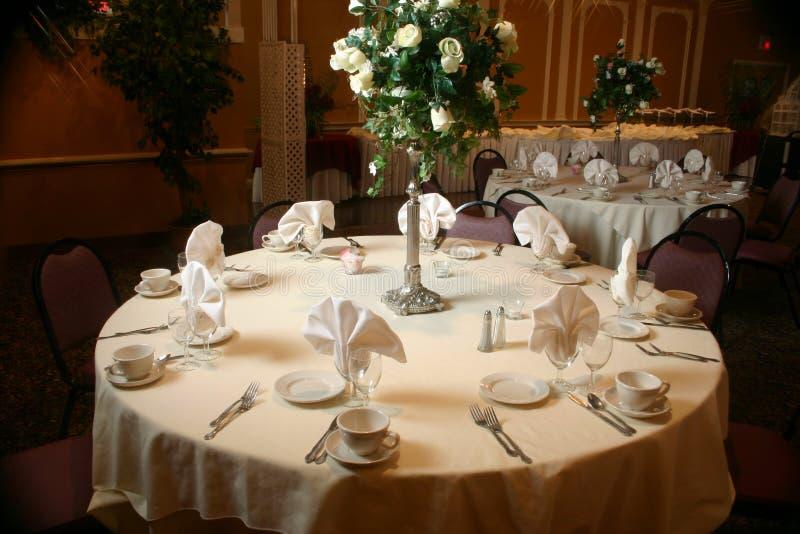 Tabelleneinstellung vor einer Hochzeit stockfoto