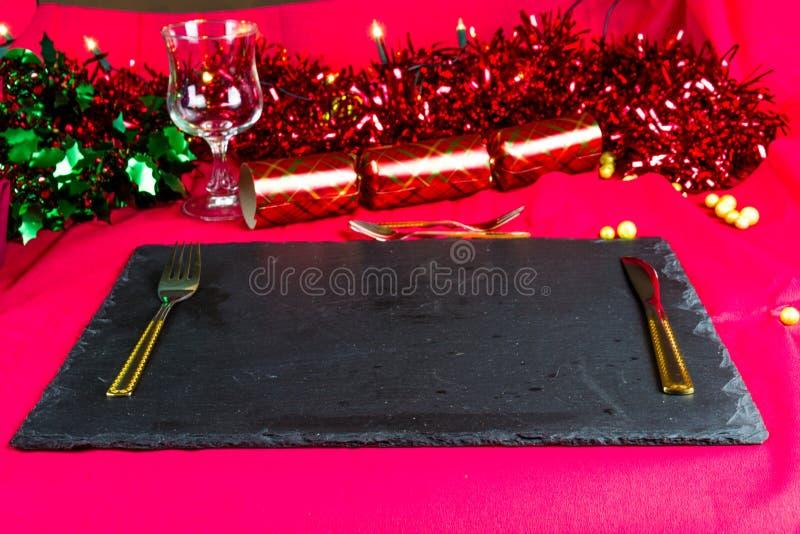 Tabellenplatz eingestellt für Weihnachten mit Dekorationen stockbilder