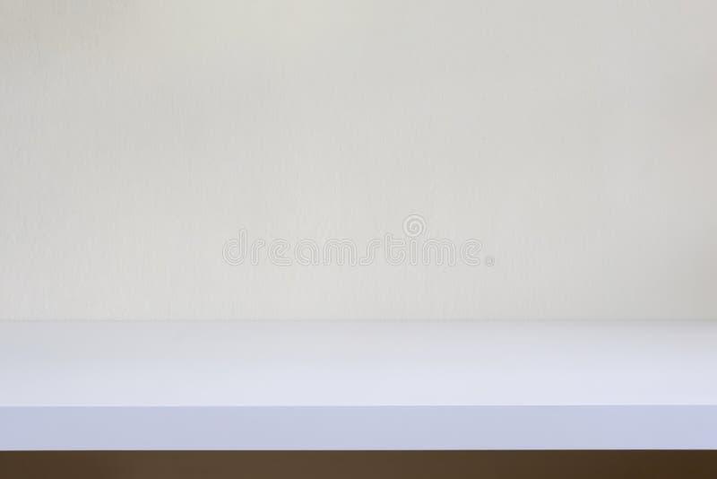Tabellenregal auf Wand mit leerem Modell lizenzfreie stockfotografie