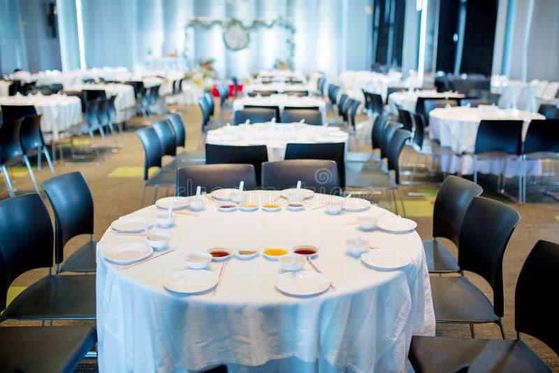 Tabellensatz, weiße Tabellenabnutzung für Hochzeit oder ein anderes versorgtes Ereignisabendessen, stockfoto