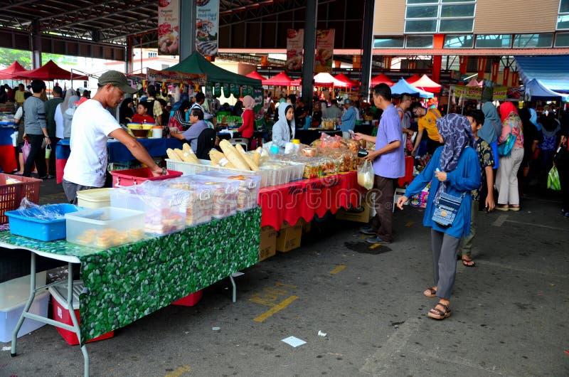 Tabellenställe, die frische Straßennahrung u. -frucht Abschnitt am im Freien des Satok-Wochenenden-Marktes Kuching Malaysia verka stockbilder