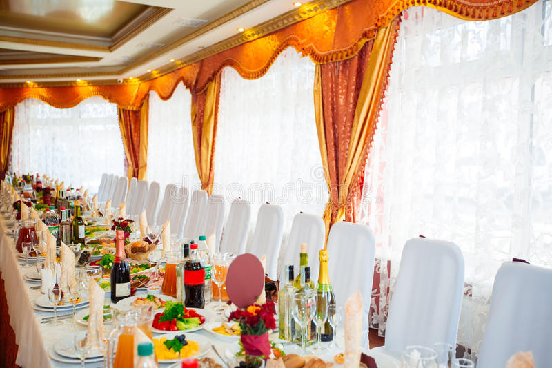 Tabellenverabredung für Gäste mit Aperitifs auf einem Bankettisch stockbild