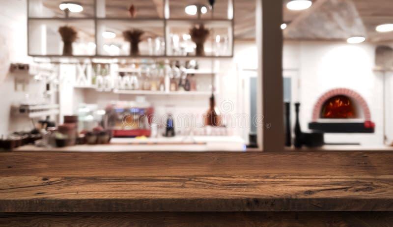 Tabellenzähler auf unscharfem Innenraum der rustikalen Artrestaurantküche lizenzfreie stockfotos