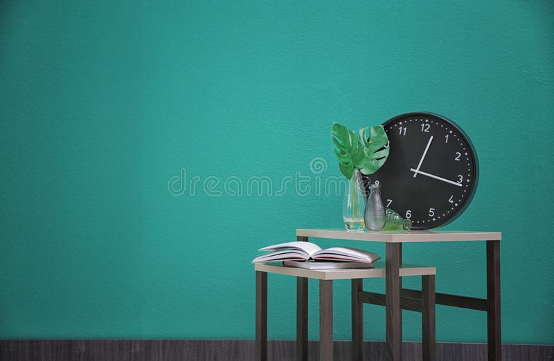 Tabeller med böcker och den hem- dekoren arkivfoto