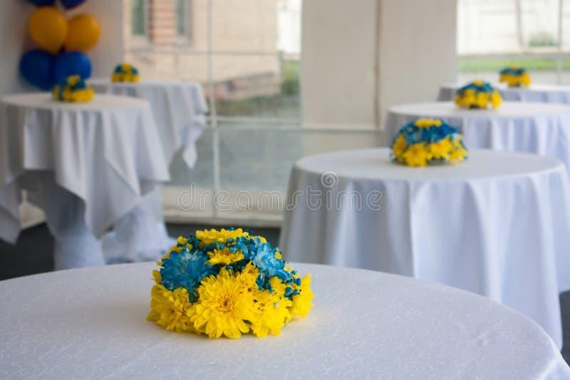 Tabeller med vita borddukar som dekoreras med blommor fotografering för bildbyråer